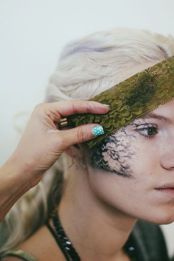 Halloween Makeup Tutorial! Find out how to do an easy alternative lace mask!