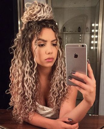 Hairstyles and Hair Color Proposals for Curly Girls