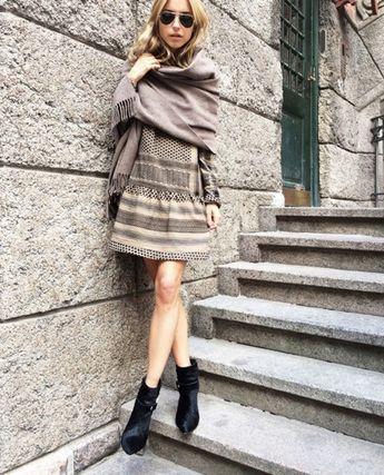 6 façons de mettre votre robe d'été préférée en automne : Avec une écharpe oversize