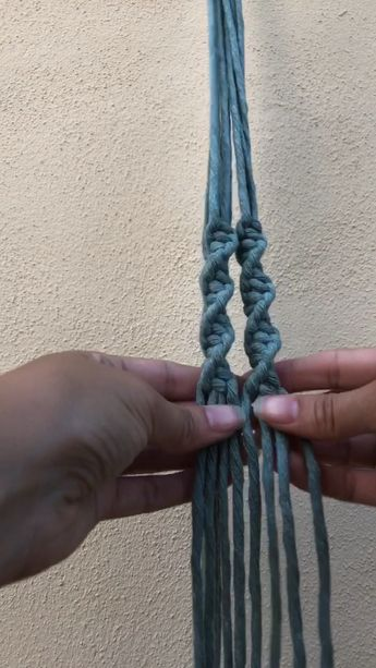 How to create a twist effect with half square knot