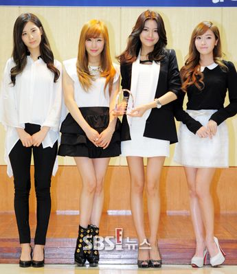 4 SNSD member in BW outfit