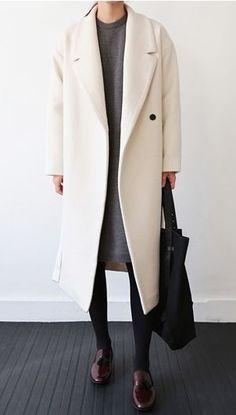 Jeans negros, jersey gris overside y chaquetón color crudo largo Outfit de primavera