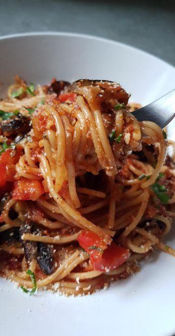 Spaghetti à l'aubergine grillée et poivron rouge à la sauce tomate #italy #italy