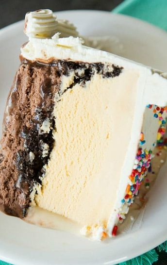 #icecreamcake #cake #delicious A copycat of my favorite DQ ice cream cake, complete with a fudge filling and chocolate crunchies!