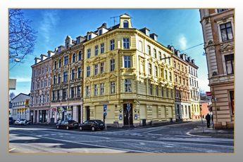 Eckhäuser mit aufwendigen Stuckfassaden in der Wuppertaler Nordstadt. Früher war in fast jedem dieser Eckhäuser eine Kneipe oder Geschäft untergebracht. An manchen Kreuzungen gab es an drei Ecken jeweils eine Kneipe. Damals waren die meisten Fassaden einfarbig, grau oder beige. Heute werden die Stuckornamente z.T. farbig gestaltet, und die Häuser bekommen dadurch einen besonderen Charakter. Hier die Friedrich-Ebert-Straße (ehemals: Neue Düsseldorfer Straße, dann: Königsstraße, danach: Str...