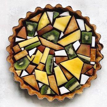 superbe tarte aux fruits géométrique kiwi ananas et autres fruits exotiques recette facile tartelette découper des fruits pâte sablée sucrée géométrique #artofplating #geometric #foodart #tarteauxfruits #pie #kiwi #pineapple #foodecor #recipeideas #foodideas #foodie #maison