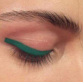 I am really falling for this colored eye makeup! So much fun! #makeup #makeuplooks #green #christmasmakeup