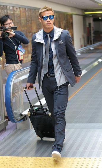 本田、青のサングラス 紺のスーツ姿で帰国 - 日本代表 : 日刊スポーツ