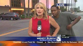 Un présentateur de journal télévisé fait l'impensable à l'antenne