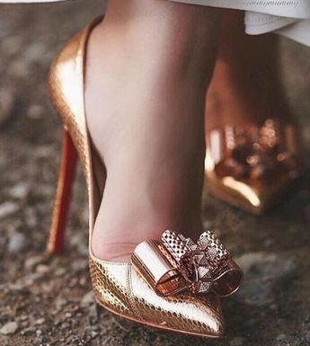 Bride's shoes in gold. Fall winter bride ideas