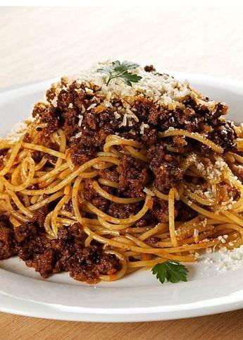 牛肉の旨みと野菜の甘みがワインの香りのもとに一体となり、単純なオイルベースやトマトベースでは味わえない、深く贅沢な味わいをもたらしてくれます。パスタにタリアテッレを使うと食べ応えのある食感が得られます。