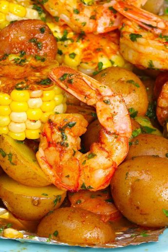 This easiest Shrimp Boil Foil Packets that come together in 20 minutes. Alt:! Shrimp, potatoes and veggies are baked in foil, which makes it moist, tender, and juicy. It takes only 20 minutes. Plus clean up is a breeze!  Quick and Easy dinner recipe. Video recipe. #shrimprecipes