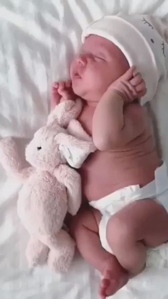 So adorable to watch the baby sleeping 👶🏻 Every mom will relate #baby #babysleep #cozynursery
