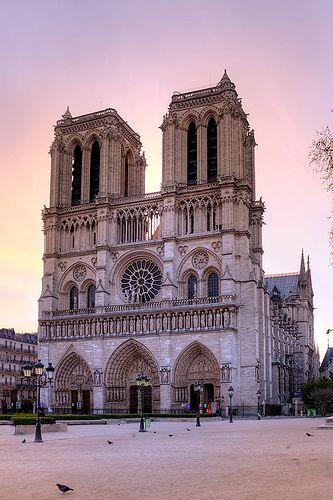 Notre Dame de Paris Commencée en 1163, elle présente beaucoup de ressemblances architecturales avec celle de Laon. Les différences novatrices sont : - la disparition de l'avant-nef (trait roman encore présent à Laon) ; - Un double déambulatoire qui fait écho aux doubles bas-côtés de la nef. Comme cela éloigne la source de lumière, les ouvertures de la nef sont plus hautes et des rosaces, les plus vastes de France, percent le transept. La façade est régulière et résolument symétrique.