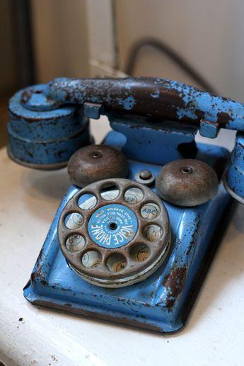 ヴィンテージな青い電話。古いコンパス
