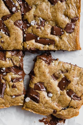 35 MIN RECIPE! Ultra flavorful Gooey Chocolate Chunk Blondies are ridiculously chewy, gooey, and absolutely loaded with chunks of chocolate. No mixer required! #blondies #chocolate #handletheheat #dessert #baking