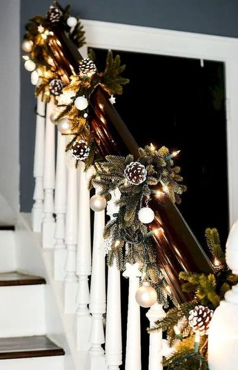 23+ Stairs Christmas Decorating Ideas #stair #christmas #christmasdecor #decoration ~ Top Design