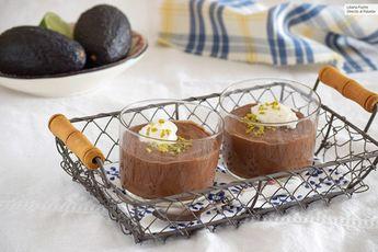 Pudding de chocolate negro con aguacate y tahini. Receta de postre fácil y sencilla