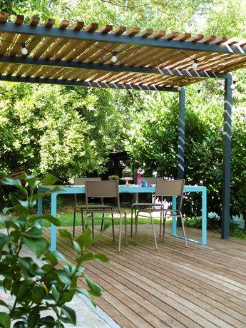 Pergola métal, terrasse bois et table de jardin design : tous les ingrédients pour une terrasse où il fait bon vivre. #terrasse #balcon #pergola #amanegement
