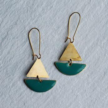 Boucles d'oreilles de bateau à voile... Les boucles d'oreilles bateau nautique, voile géométrique émail turquoise