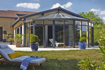La véranda est un bon moyen de profiter du jardin et de la maison en même temps, et ce toute l'année ! Ici la véranda MéO de la gamme Espace offre un espace de bien-être exceptionnel.  #véranda #lumière #jardin #MéO #terrasse #aluminium