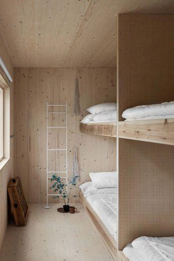 Foto Erik Lefvander, styling Annaleena Leino Karlsson. Barnens sovrum i en gotländsk sommarstuga i plywood. Stugan är ritat av Taf Studios Gabriella Gustafson. #interiordesignstyles