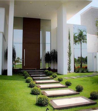Bom diaaaa {} A fachada contemporânea e imponente foi realçada com o paisagismo  Inspiração via @decoramundo { Projeto Andrea Bidoia }
