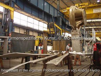 Jubiläums Kunstwerk für 150 Jahre Escher Wyss, hatte zu dieser Zeit den Namen VA Tech und ist nun Andritz Hydro GmbH. Der Sockel und das 5,4 Tonnen Laufrad wurde in der Firma erstellt, der Künstler Mirko Siakkou-Flodin fertigte in seinem Metall Atelier die Kunst Addition, Vorort im Werk wurde beides angepasst, mit 11m Höhe Ravensburg grösste Skulptur. auf golocal.de