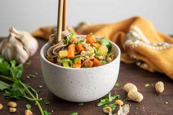 Wok de nouilles soba à l'ail, gingembre et piment