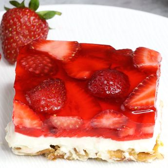 Strawberry Pretzel Salad –The delicious combination of the saltiness from its pretzel crust, sweetness from the creamy and smooth cream cheese, with the fresh flavor from the strawberry and jello top layer! So irresistible! #StrawberryPretzelSalad