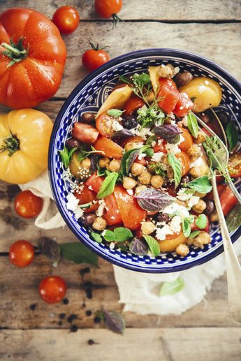 Salade épicée à la grecque, tomates, olives et feta