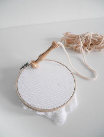 Le Punch Needle est une nouvelle technique qui fait de plus en plus d'adeptes. Je vous propose aujourd'hui d'apprendre les bases pour que vous puissiez aussi réaliser tout cela chez vous. FOURNITURES : Le punch needle est une technique de broderie qui utilise une grosse aiguille pour pouvoir broder de la laine, d'où cet effet «grosse maille». Il existe plusieurs tailles d'aiguilles qui correspondent à vos épaisseurs de laine. J'ai achetée une taille 8 sur un e-shop américain d'Amazon. Atten...