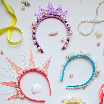 Lorsque vous verrez ces couronnes de sirène à confectionner soi-même, vous n'aurez qu'une envie, c'est de vous y mettre ! Ajoutez des coquillages, des perles et des feuilles de papier cartonné brillantes pour confectionner ces accessoires reluisants et colorés. Vivez sous l'océan avec la gamme de produits La Petite Sirène disponible dans le Disney Store.