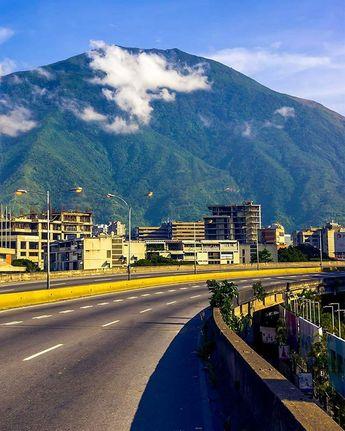 El Ávila desde la autopista Prados del Este Fotografía cortesía de @collado.17 #LaCuadraU #GaleriaLCU #Caracas #Avila #CaracasHermosa #CaracasBella #Venezuela