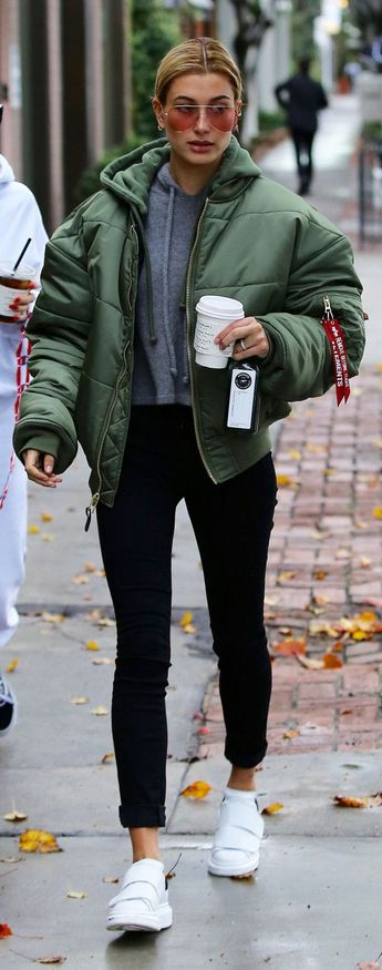 Hailey Baldwin just wore the cool girl outfit 2017