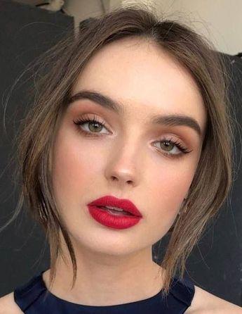 maquillage robe bleue marine smoky brun léger roue à lèvres rouge