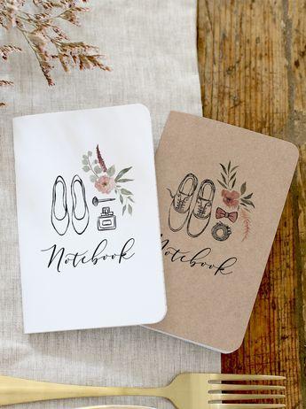 """Dans un mariage, le cadeau invité est un """"petit geste"""" devenu incontournable. Découvrez nos pochettes petits carnets personnalisés : déposez-les sur vos tables de mariage dans une jolie corbeille le jour J pour que chacun garde un souvenir de cette incroyable journée !"""