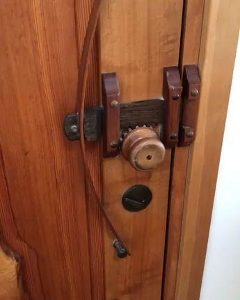 Exceptional craftsmanship and ingenuity. #woodwork #woodworking #finewoodworking #frontdoor #woodenhandle #cabinetmaker #furnituremaker #finishcarpenter #finishcarpentry 🎥: @bjmacwoodwork
