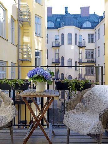 Décoration du balcon avec des pots de fleurs et jardinières