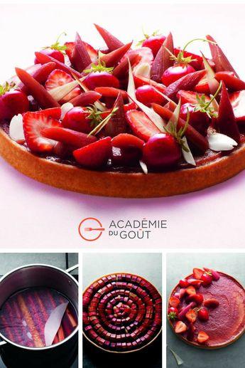 Tarte à la rhubarbe, fraises et amandes