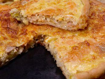 pâte brisée, poireau, saumon fumé, oeuf, gruyère râpé, crème fraîche, lait, poivre, sel, muscade