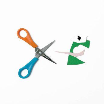 Heute ist #internationalerlinkshändertag und unsere Linkshänderschere ist gerade voll im Einsatz ✂️🐸 Wie sieht's bei euch aus? Seid ihr Links- oder Rechtshänder? . Today is #internationallefthandersday and our left-handed scissors are fully in action ✂️🐸 How about you? Are you left or right-handed? . . . #bastelnmitkinder