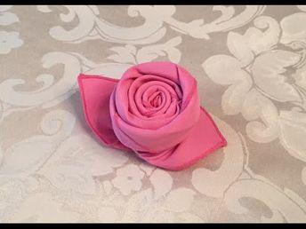 En roulant une serviette de table, elle réalise la plus adorable des décorations de table!