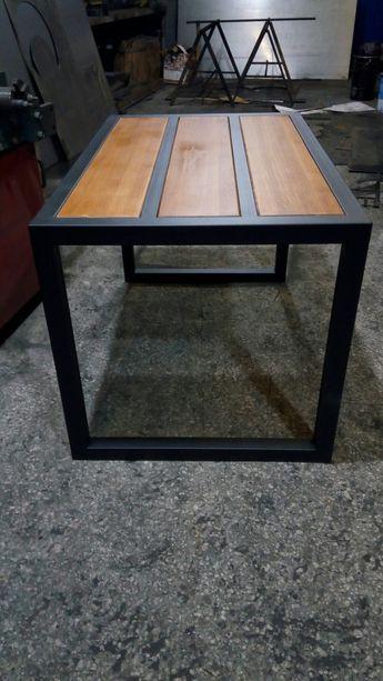 Стол из профильной металлической трубы и вставками деревянного щита.