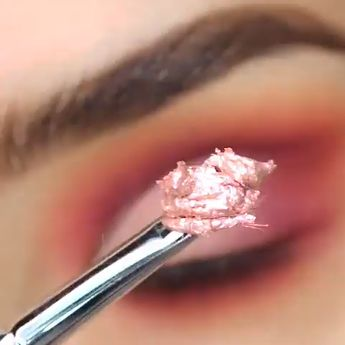 This color combos are close to Tangerine which is popular. Try this pink eye makeup for your next date. #makeup #eyemakeup #eyeliner #eyeshadow #tutorial  ins@marisolbautistaa