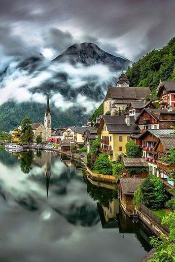 Hallstatt, Upper Austria, is a baroque small town in the Alps in the Salzkammergut region in Austria, the Hallstättersee shore. The World Heritage Site _ Hallstatt, Felső-Ausztria, egy barokk kisváros az Alpokban a salzkammerguti régióban Ausztriában a Hallstättersee partján. A Világörökség része.