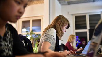 Wer programmieren kann, braucht keine Bewerbung mehr zu schreiben. Die Arbeitgeber kommen von selbst. Quereinsteiger finden auch mit Grundwissen eine Stelle. Denn Lernen im Job ist in der IT ganz normal.