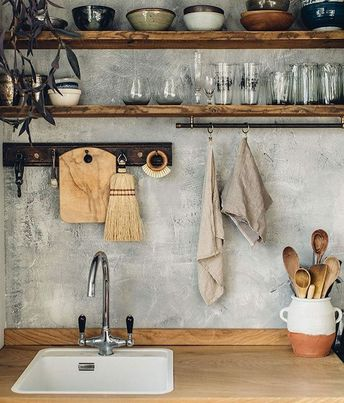 Prateleiras na #cozinha para que gosta e ou tem espaço ou não tem muito a guardar é uma economia e tanto! #decoracao #decoracaoeconomica