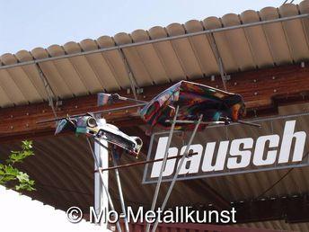 Bausch Recycling in der Bleichestrasse die Quelle des Gebrauchtwarenmarkt in der ehemaligen Maschinenfabrik Ravensburg zwischen TWS Teschnische Werke Schussental und Edeka - Euroniks Center, gegenüber von Radius, hier findet der Profi und Bastler Metalle aller Abmaße und Grössen, Metallkünstler Mirko Siakkou-Flodin fertigte die Skulptur KUNSTDUELL aus zwei Spitfire Karosserien CAR ART Kunst Autos Mo Metallkunst auf golocal.de
