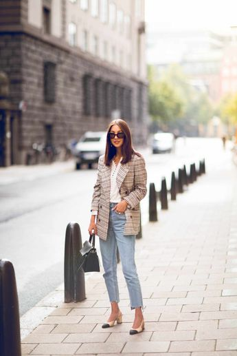 Great outfit for Fall. Checkered blazer + cropped jeans